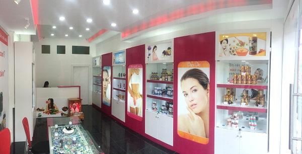 Hình ảnh quầy trưng bày sản phẩm bên trong cửa hàng Giảm Cân An Toàn chi nhánh Nguyễn Trãi