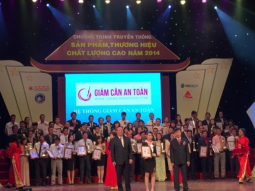 Đại diện Hệ thống Giảm Cân An Toàn vinh dự nhận Cúp Vàng Thương Hiệu Chất Lượng Cao 2014