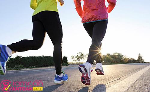 Chạy với tốc độ khoảng 8 km/giờ trong 60 phút đốt được khoảng 500 calo