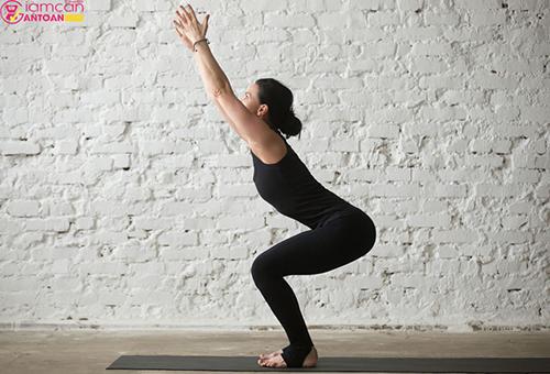 Tư thế này giúp phần thân trên, cơ đùi, cơ bắp chân sẽ săn chắc và khỏe mạnh