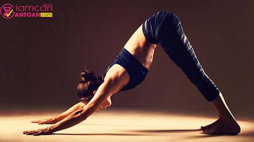 Động tác này giúp kéo căng cơ thể và làm giảm các cơn căng cứng, giúp tuần hoàn máu