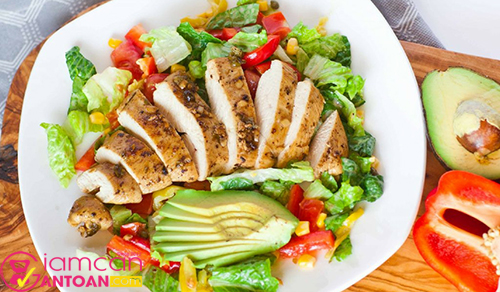 Salad ức gà giàu protein giúp người dùng no lâu