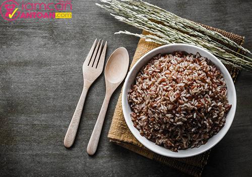Gạo lứt chứa rất nhiều chất xơ và dưỡng chất tốt cho sức khỏe