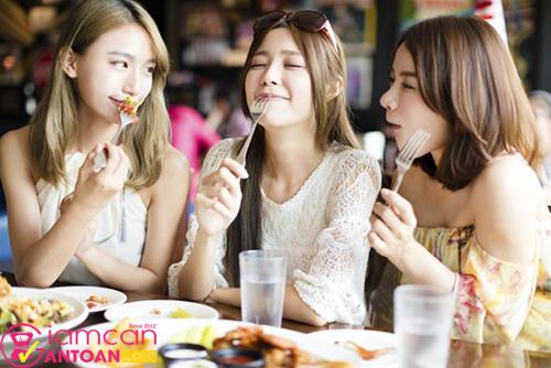 Ăn một mình bạn sẽ ăn nhiều hơn so với ăn với bạn bè