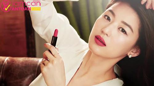 Jeon Ji Hyun lại có một nguyên tắc độc đáo là tô son môi trước khi ăn