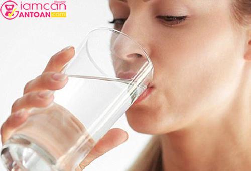 Chị em phụ nữ cần chú ý và nhắc nhở mình uống nhiều nước mỗi ngày