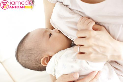 Nuôi con bằng sữa mẹ là cách mà rất nhiều chị em áp dụng