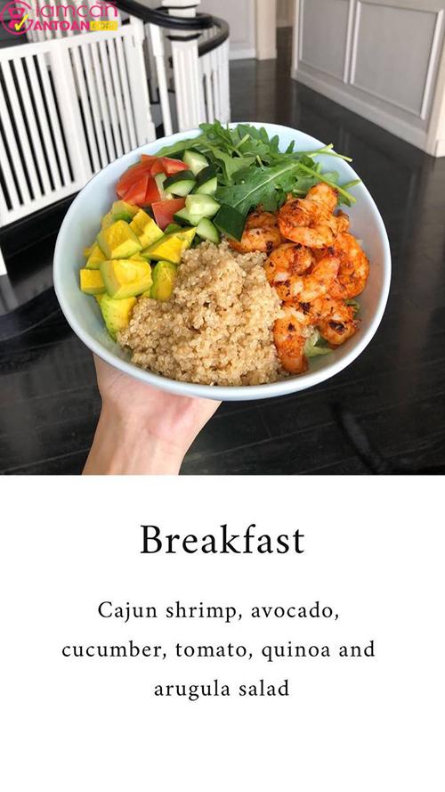 Và đây là món salad rau chân baby cùng sò điệp, quýt, hạt hạnh nhân thái lát.