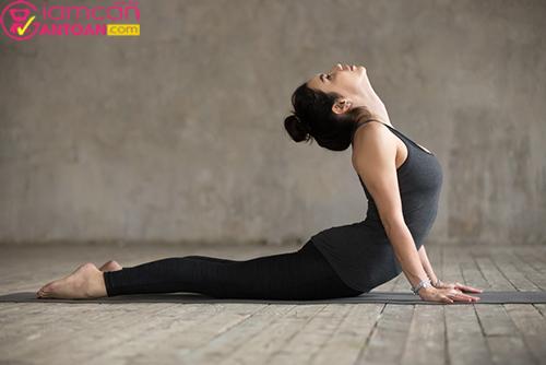 Bài tập này giúp giãn cột sống đồng thời giảm mỡ bụng, cánh tay