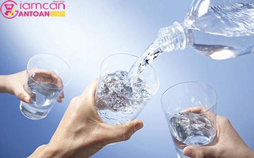 Uống nhiều nước trong ngày sẽ giúp ích rất nhiều cho quá trình giảm cân