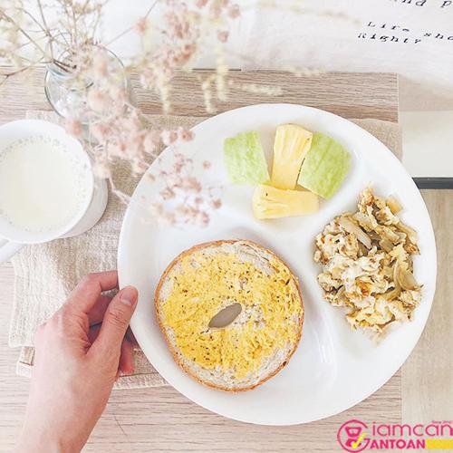 Ăn ít vào buổi trưa giúp tránh tình trạng béo bụng