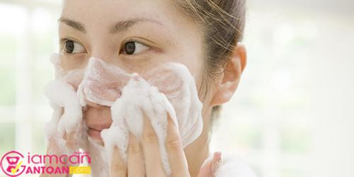 Nên duy trì thói quen rửa mặt 2 lần mỗi ngày để đảm bảo vệ sinh da