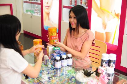 Người mẫu Đinh Y Nhung đang tìm hiểu thông tin sản phẩm tại Showroom Giảm Cân An Toàn